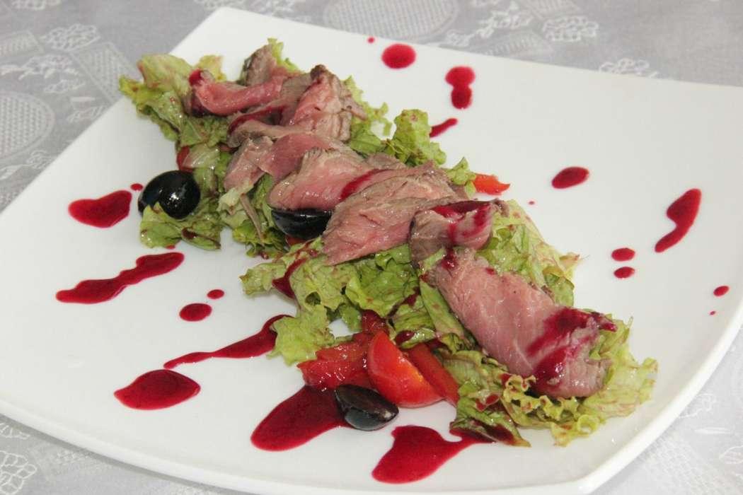 АДМИРАЛ  (ростбиф,лист салата,виноград,печеный перец,помидор чери,зелень, соус Ягодный) 200гр.   -460 руб. - фото 10470028 Кафе Адмирал