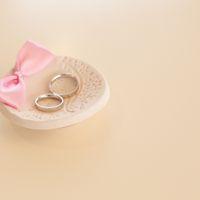 Белое блюдце для колец с розовым бантиком