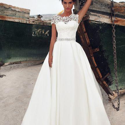 Свадебное платье с кружевным декольте