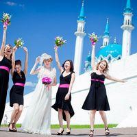 Невеста и её подружки в черных платьях