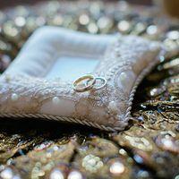 Атласная подушечка для колец с золотым кружевом
