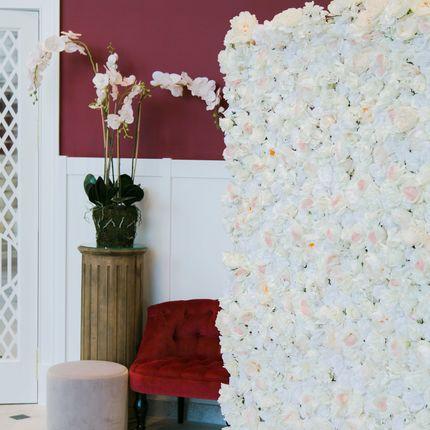 Бело-кремовая цветочная стена из пионов и роз в аренду