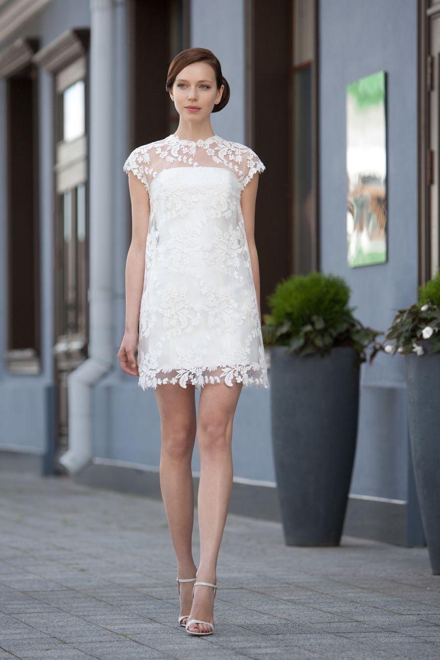 Betcy  Короткое кружевное платье - чехол. Внутреннее корсетное платье с легким текстурным кружевом сверху. Это платье выделено в дизайнерскую линию I.N. Soul  Ткани и материалы: сатин-микадо, кружево Цвет платья: платья: молочный Идея: нежный образ в стил - фото 8336158 Свадебный салон Art рodium