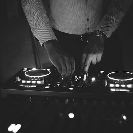DJ с оборудованием