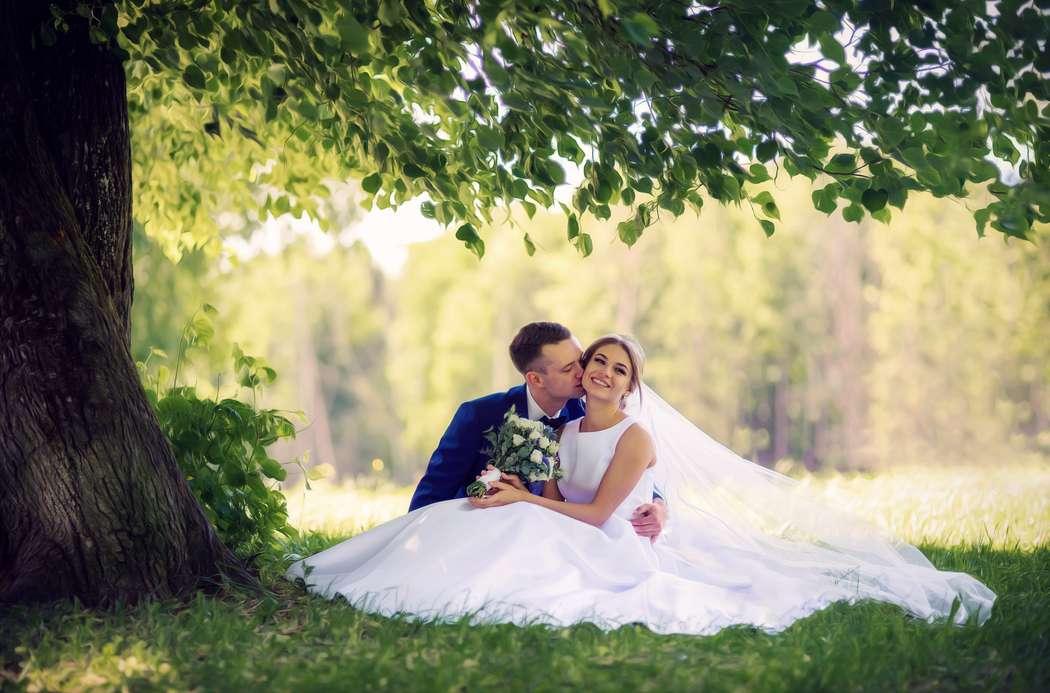 нашей подборке посоветуйте фотографа на свадьбу обнинск мужчина несет ковер