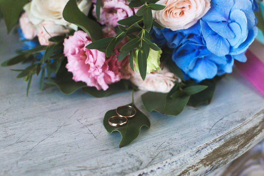 Букет невесты из голубой гортензии и садовых роз White Ohara