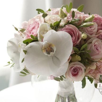 Букет невесты из роз и фаленопсиса