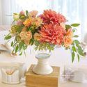 Композиция на гостевой стол с георгинами, кремово-оранжевая гамма