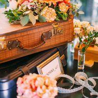 Элементы оформления стола с книгой для пожеланий, ретро-чемоданы