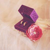 Подушечка с цветком и резная коробочка с кольцами