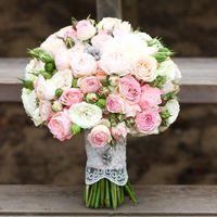 Букет невесты из нескольких сортов классиечских и пионовидных кустовых розочек пастельных оттенков - молочного, белого и нежно розового. Стебли букетика украшены тонким кружевом цвета слоновой кости.  (812) 92 337 87