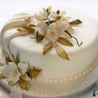 Свдебный торт с шоколадными лилиями