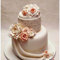 """Свадебный торт """"Нежность"""", украшенный сахарным пионом, шоколадными розами и фалдами"""