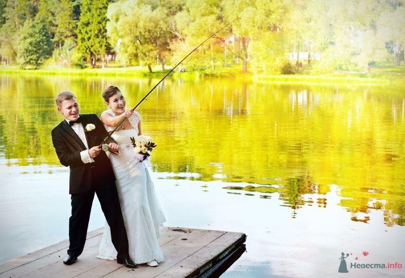 Жених и невеста рыбачат на берегу озера
