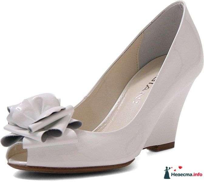 Бежевые туфли на сплошной танкетки с открытым носком спереди цветочек. - фото 92815 Невестушка