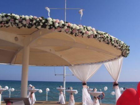 композиция цветочная на зонт на пирсе. - фото 1020053 TUANA Организация свадьб и торжеств в Анталии