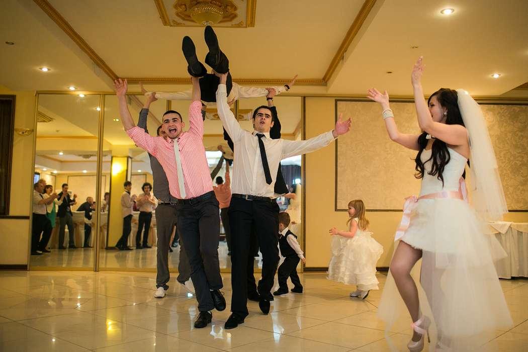 Если Вы еще сомневаетесь о совместном танце с друзьями, смотрите на фото! - фото 2452425 Свадебный распорядитель, выездной регистратор Ирэм