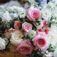 Прекрасные пионовидные розы Охара Пинк наполняли своим ароматом весь зал.