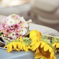 Букет невесты из розовых эустом и белых ромашек