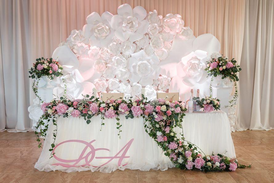 Оформление зала с большими бумажными цветами