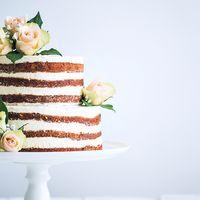"""Торт с открытыми коржами, в стиле """"Рустик"""". Оформление живыми цветами."""
