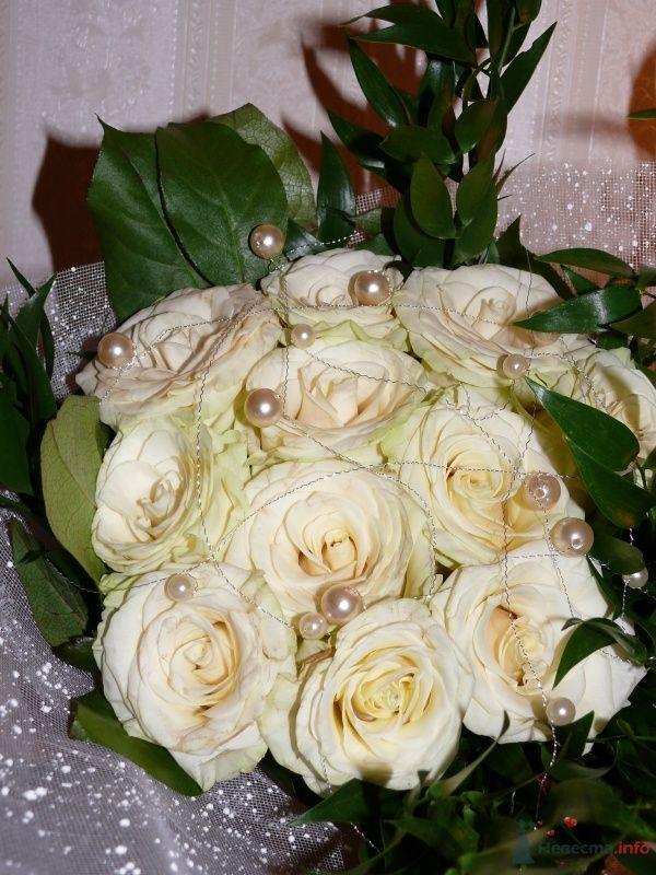 Букет невесты из белых роз и зелени, декорированный белыми бусинами  - фото 29816 Евелинка