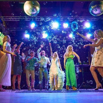 Танцевальное пенное шоу мыльных пузырей