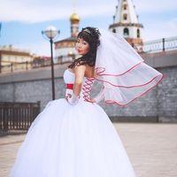 """На Любе свадебное платье """"Сакура-эк."""". К платью невеста добавила красную ленту и бант. Отзыв подруги невесты: """"Татьяна, добрый вечер! Отправляю фото вашего замечательно платья)))"""""""