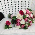 Розовый букет невесты и бутоньерка из роз, гвоздик и сирени