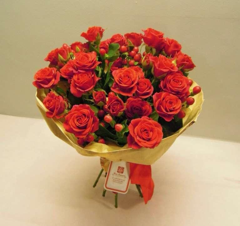 """Стильный, насыщенный букет из кустовых роз и гиперикума, выразит всю полноту ваших чувств! Цена: 2260 руб. Диаметр 32 см. Высота 40 см. Состав: роза кутовая, гиперикум. #букетизроз #букетназаказ #гиперикум #доставкацветов #бонбукет #люблю #moscow #bonbuke - фото 10472876 Студия флористики """"Бон букет"""""""