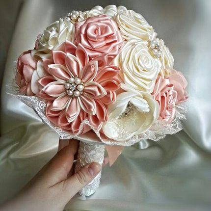 Свадебный брошь-букет из атласных лент