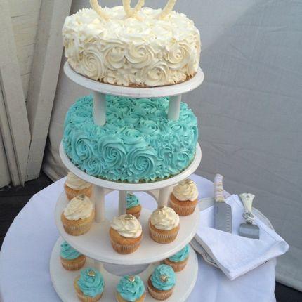 Торт и капкейки на этажерке