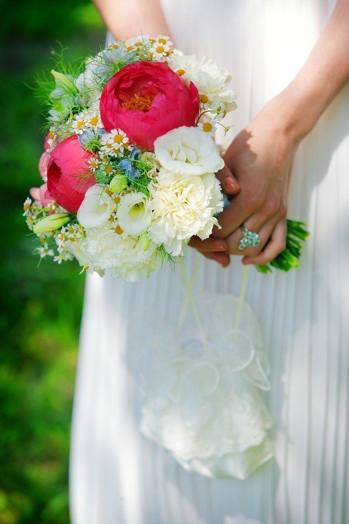Недорогие свадебный букет из ромашек и пионов