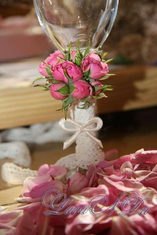 Оформление бокалов для жениха и невесты, живыми цветами - фото 11047650 Студия декора LavaNDa