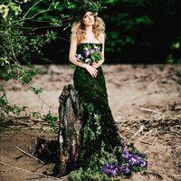 Фото: @annakiseliova  Модель: @l_elena_a  Прическа и макияж : @tomusia__  Платье из мха, венок и букет: @viktorina_florist  #платьеизмха#необычнаясъемка#красота#естественность#лес#пляж#