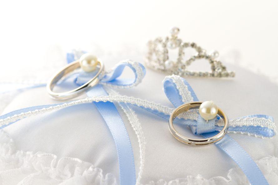 специфики фото свадебных колец на голубом скоро негативы