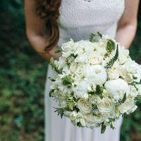 Классический круглый букет невесты,  пионы, розы, фрезия, вероника, эрингиум, эустома.
