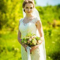 Счастливая невеста со свадебным букетом