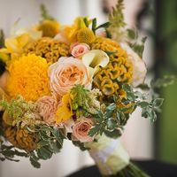 Букет невесты из астр, калл, фрезий, роз и целозии в желтых тонах