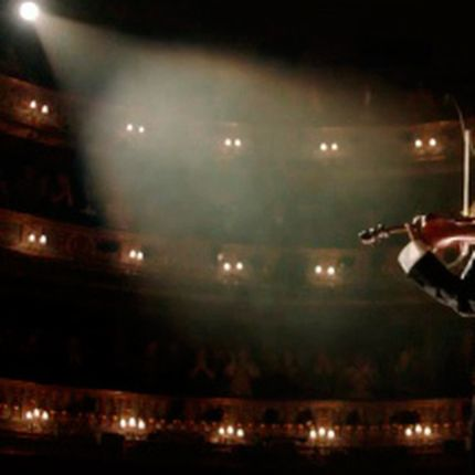 Выступление артиста-скрипача - одна композиция