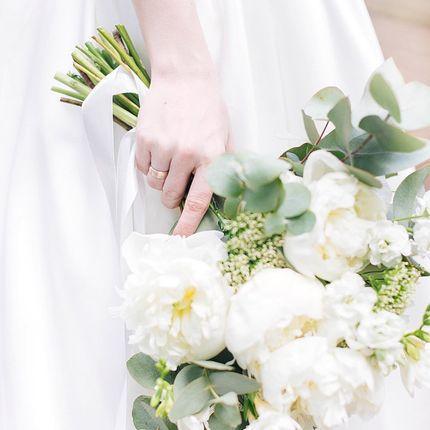 Букет невесты с пионами в белых тонах