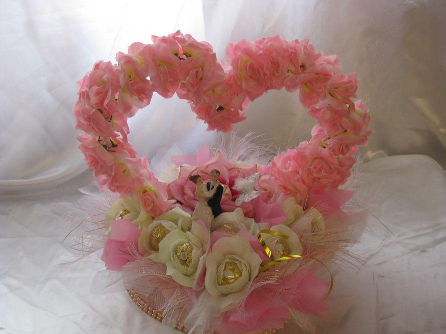 Свадебное сердце с конфетами фероро роше и свадебной статуэткой  - фото 1450499 Sweet dream - букеты из конфет