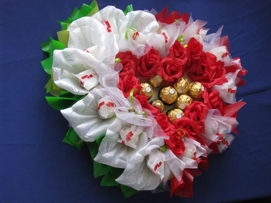 Свадебное сердце с конфетами рафаэло и фероро роше  - фото 1450501 Sweet dream - букеты из конфет