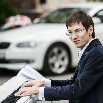 Выступление пианиста на встрече гостей
