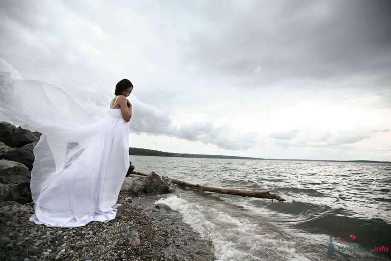 Невеста в белом длинном платье стоит на берегу - фото 58240 Юлия14