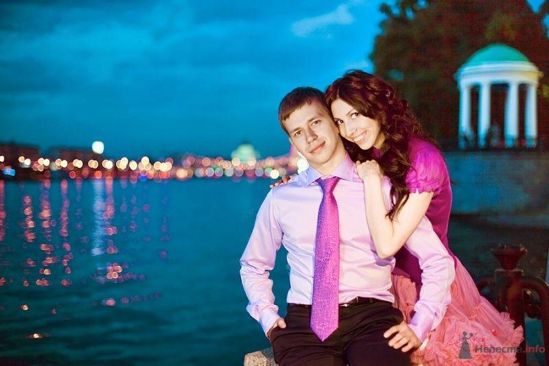 Девушка в розовом платье, парень в розовой рубашке с розовым галстуком, черных брюках, на фоне реки и огней ночного города - фото 59985 kisto4ka
