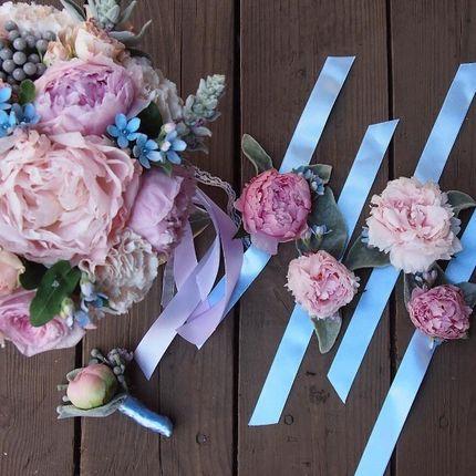 Букет невесты,бутоньерка и браслеты для подружек невесты.
