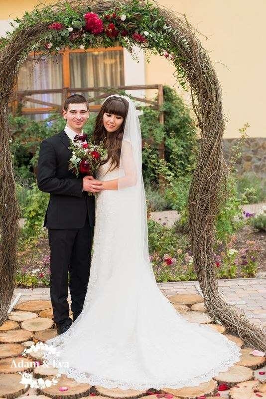 Вдохновлённые трендовым цветом этого сезона, организаторы свадебного агентства Адам и Ева  создали концепцию, которой соответствовали все детали - плоть до оттенка вина в бокалах. Завороживает своим изяществом и красотой декор свадьбы от рук мастеров  . Н - фото 11336554 Свадебное агентство Adam&Eva