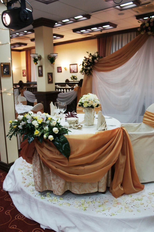 "стол для молодожен - фото 523469 Ресторан ""Круглый стол"""