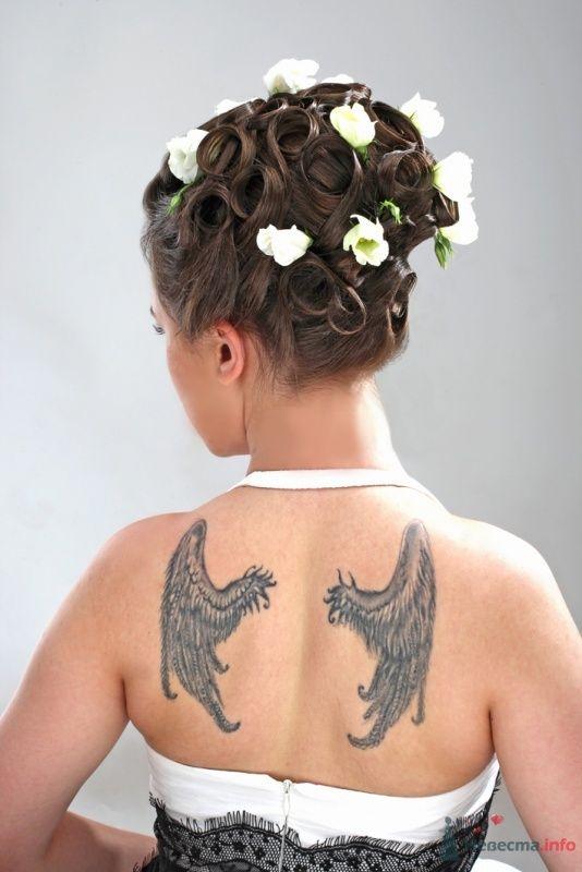 Свадебная прическа украшенная живыми цветами, свадебный макияж